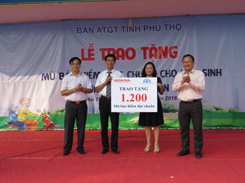 Honda VN tặng mũ bảo hiểm cho các em học sinh tại tỉnh Thái Bình & Phú Thọ - 2