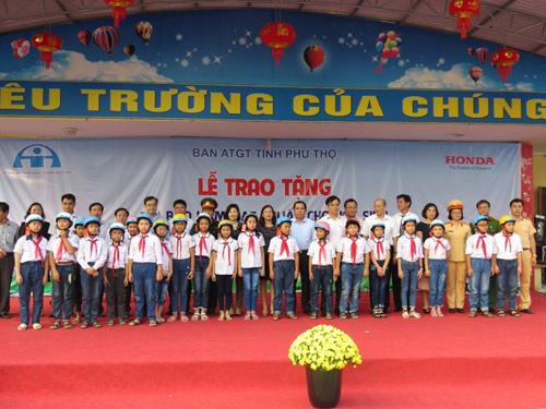Honda VN tặng mũ bảo hiểm cho các em học sinh tại tỉnh Thái Bình & Phú Thọ - 3