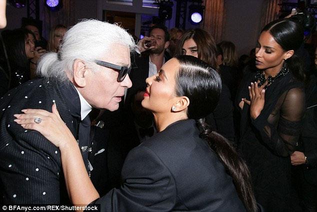 """""""Công thần Chanel"""": Kim Kardashian bị cướp vì thích khoe của - 4"""