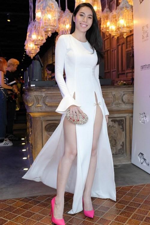 Kiều nữ Vbiz mặc váy xẻ hông cao, khoét tới eo táo bạo - 1