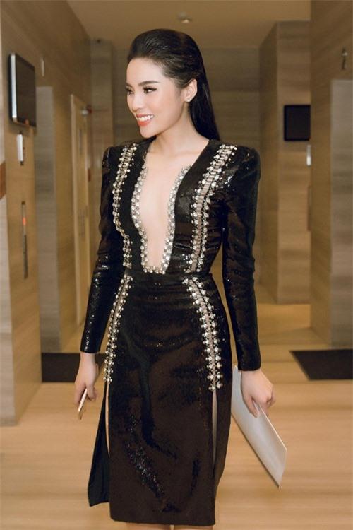 Kiều nữ Vbiz mặc váy xẻ hông cao, khoét tới eo táo bạo - 4
