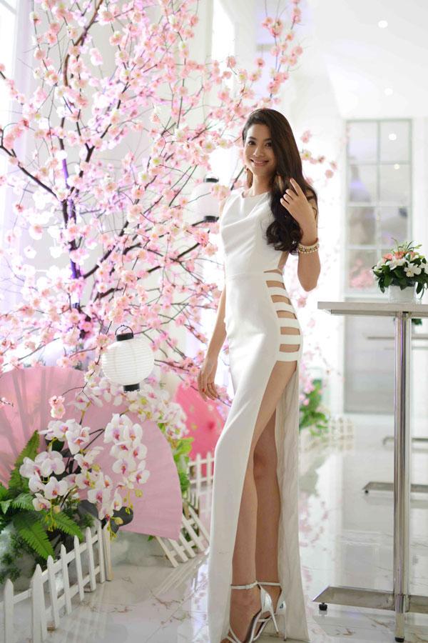 Kiều nữ Vbiz mặc váy xẻ hông cao, khoét tới eo táo bạo - 9