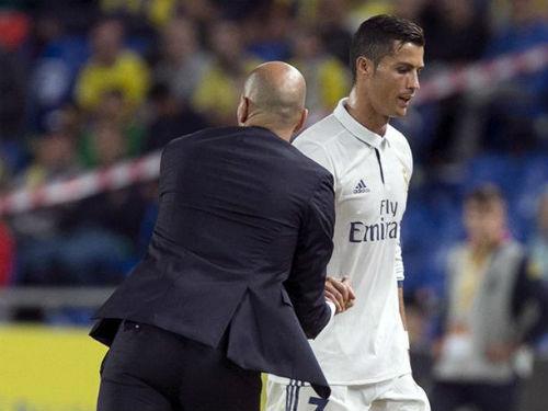 "James theo Ronaldo ""bật"" Zidane, Real đại loạn - 2"