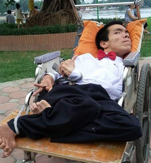 Chàng trai ngồi xe lăn bán hàng rong mong được hiến tạng - 1