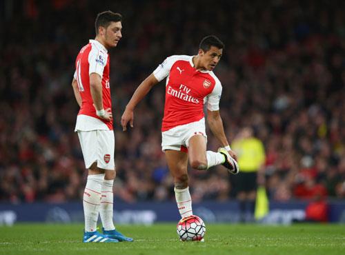 Arsenal oằn mình: Ozil, Sanchez đòi lương khủng - 1