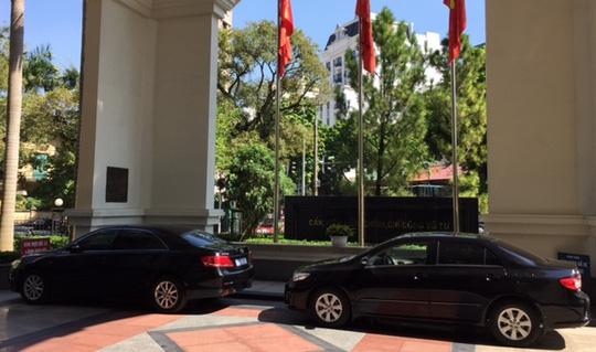 Thứ trưởng đón taxi đi làm, Bộ Tài chính cắt giảm lái xe công - 1