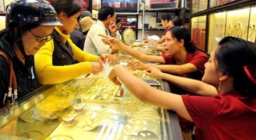 Giá vàng tiếp tục giảm mạnh, người dân đổ xô đi mua - 1