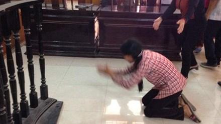 Vợ bị cáo quỳ trước vành móng ngựa cảm ơn quan tòa - 1