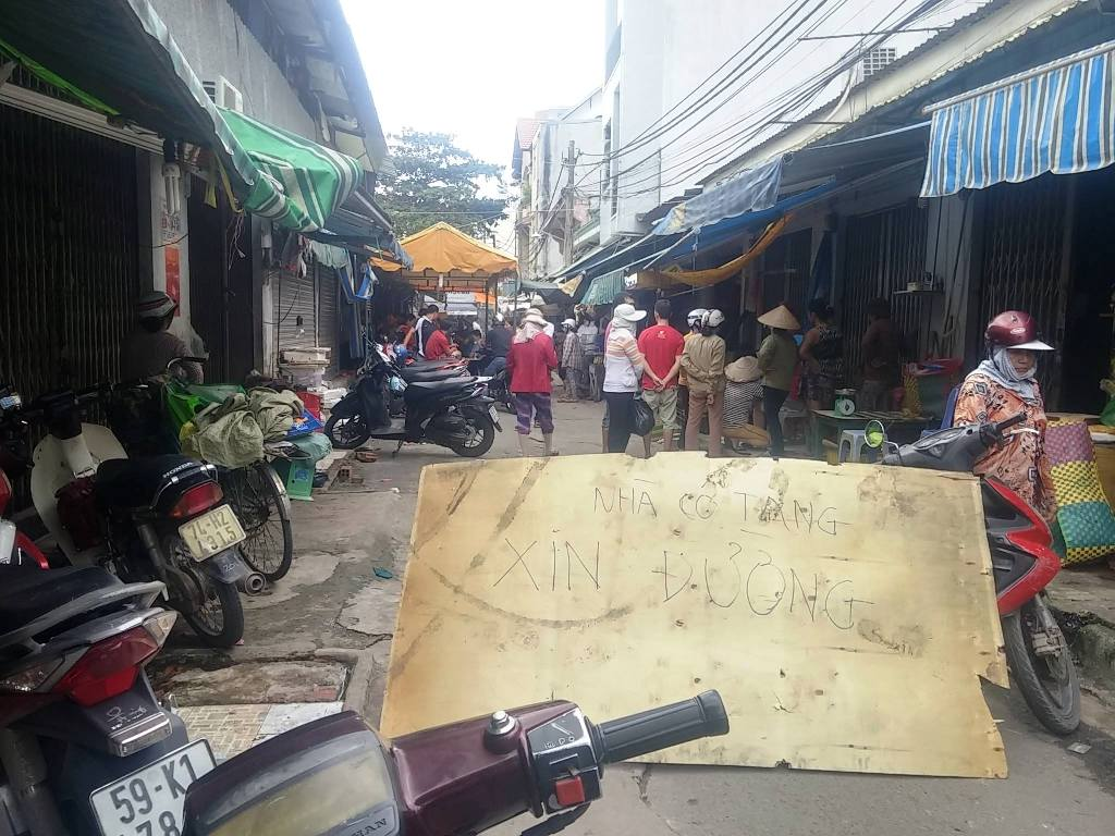 Hỗn chiến 2 phút trong chợ ở SG, 4 người thương vong - 1