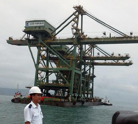 """3 giàn cẩu """"khủng"""" Formosa bị sóng đánh trôi dạt vào Quảng Bình - 2"""