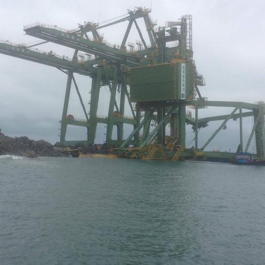 """3 giàn cẩu """"khủng"""" Formosa bị sóng đánh trôi dạt vào Quảng Bình - 1"""