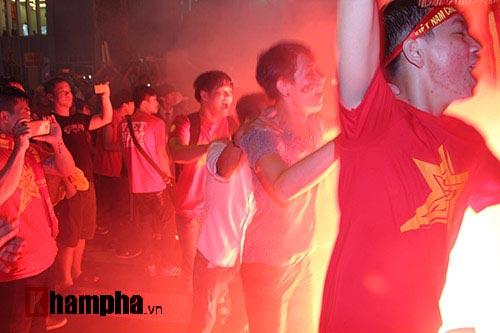 """ĐT Việt Nam thắng đậm, """"mưa"""" pháo sáng ở sân Thống Nhất - 5"""