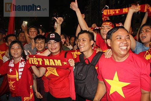 """ĐT Việt Nam thắng đậm, """"mưa"""" pháo sáng ở sân Thống Nhất - 9"""