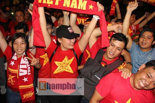 """ĐT Việt Nam thắng đậm, """"mưa"""" pháo sáng ở sân Thống Nhất - 11"""