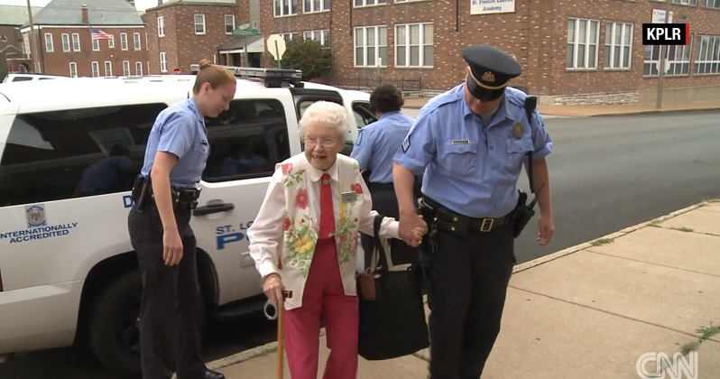 Bà cụ 102 tuổi ước mơ cháy bỏng được cảnh sát bắt - 1