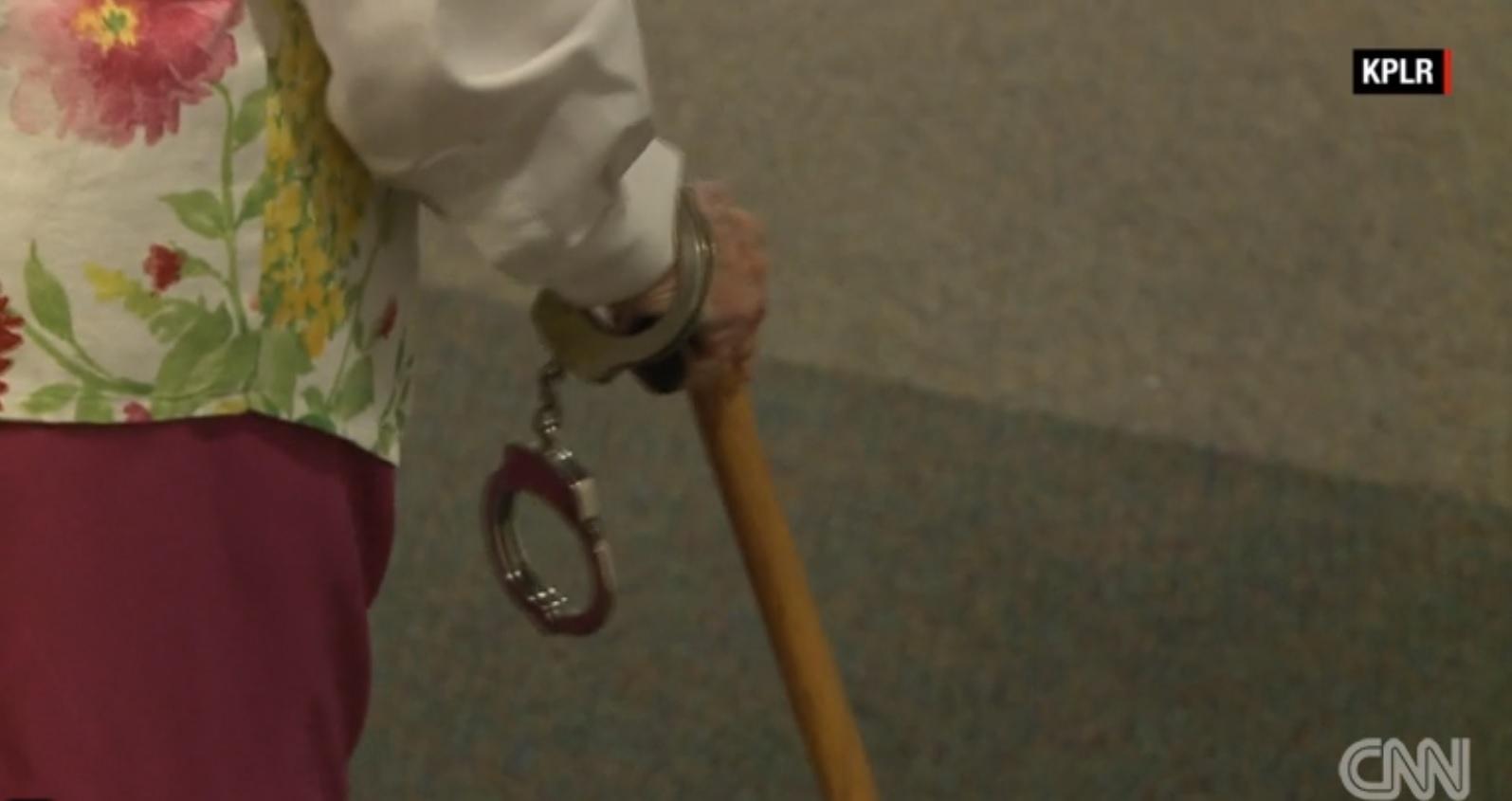Bà cụ 102 tuổi ước mơ cháy bỏng được cảnh sát bắt - 2