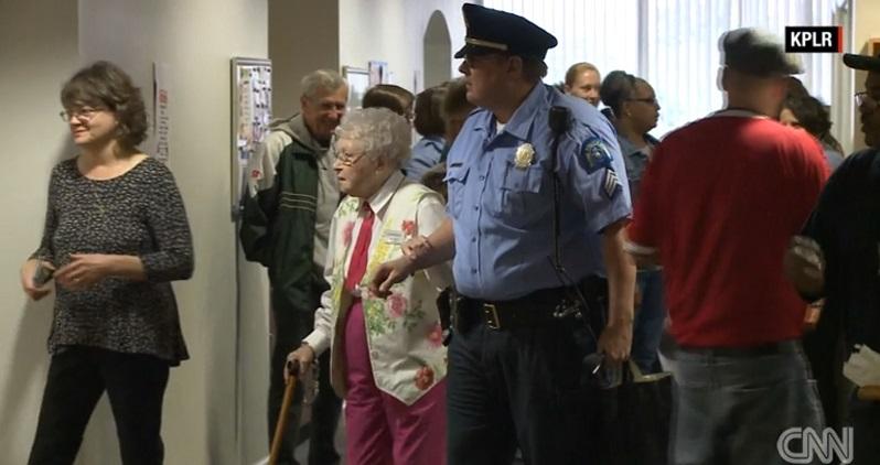 Bà cụ 102 tuổi ước mơ cháy bỏng được cảnh sát bắt - 3