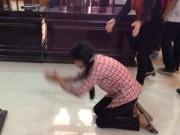 An ninh Xã hội - Vợ bị cáo quỳ trước vành móng ngựa cảm ơn quan tòa