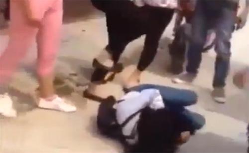 Thái Bình: Xuất hiện clip nữ sinh áo trắng bị đánh hội đồng dã man - 2