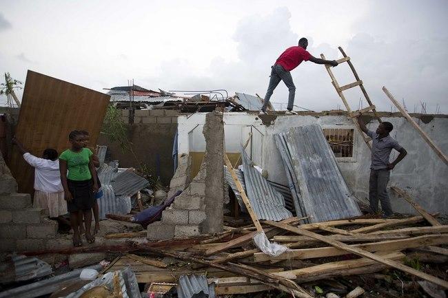 Bão mạnh khủng khiếp tấn công, gần 300 người chết ở Haiti - 2