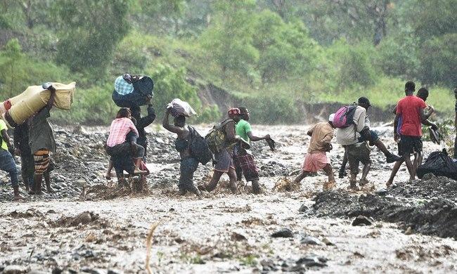 Bão mạnh khủng khiếp tấn công, gần 300 người chết ở Haiti - 4
