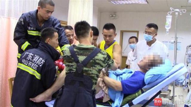 """Kẹt """"của quý"""" trong nam châm, 10 lính cứu hỏa mất 4 giờ giải cứu - 3"""