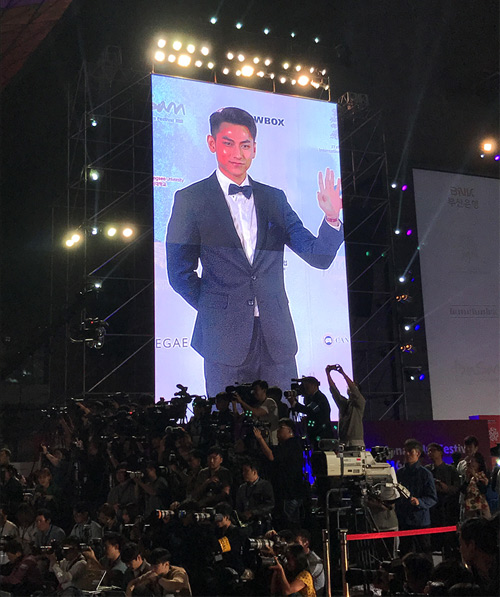 Isaac được fan Hàn vây quanh ở LHP quốc tế Busan - 1