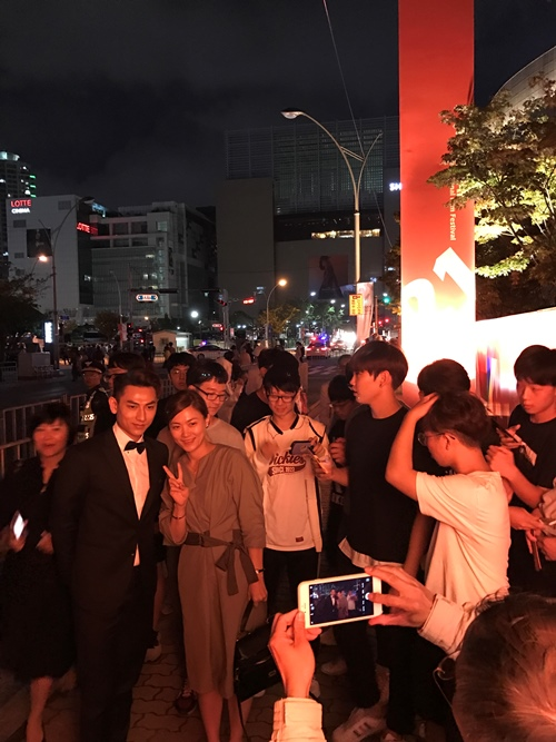 Isaac được fan Hàn vây quanh ở LHP quốc tế Busan - 5