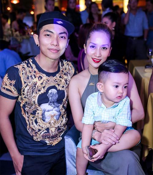 Vợ chồng Khánh Thi đưa con trai đi dự tiệc trong bar - 1