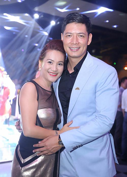 Vợ chồng Khánh Thi đưa con trai đi dự tiệc trong bar - 3