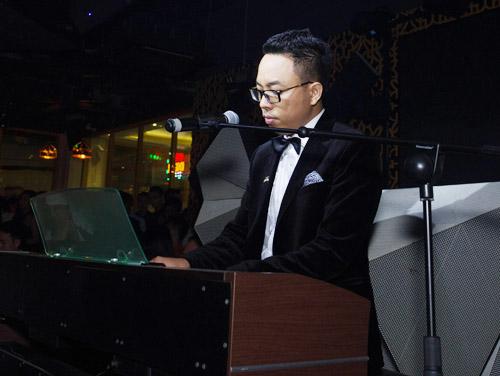 Vợ chồng Khánh Thi đưa con trai đi dự tiệc trong bar - 10