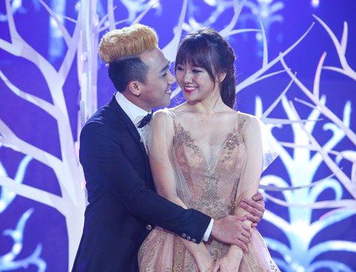 Trấn Thành ôm ấp, ngắm Hari Won đắm đuối trên sân khấu - 1