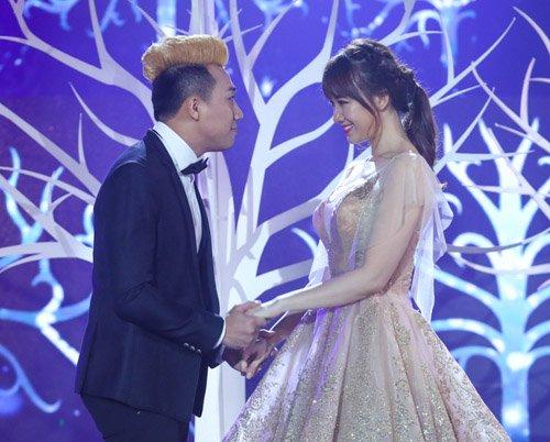 Trấn Thành ôm ấp, ngắm Hari Won đắm đuối trên sân khấu - 3