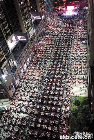 Ảnh: Một vạn rưỡi người TQ ăn tiệc hoành tráng trên phố - 3