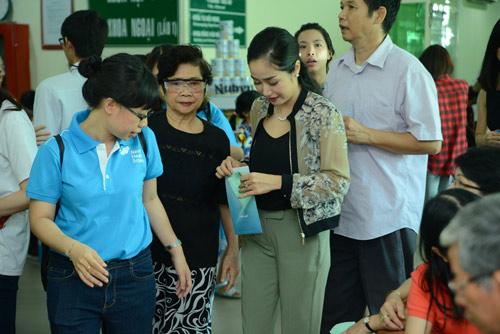 Ốc Thanh Vân giản dị đưa mẹ đi khám sức khỏe - 1