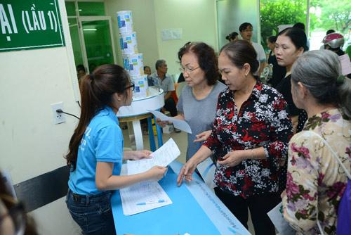 Ốc Thanh Vân giản dị đưa mẹ đi khám sức khỏe - 3