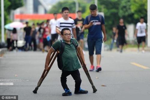 Chàng sinh viên 20 năm chống nạng đầy nghị lực - 1