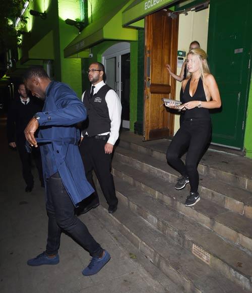 """Sau cầu hôn, Usain Bolt lại """"bay đêm"""" bên gái lạ - 4"""