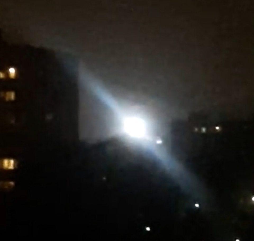 Nga: UFO sáng rực cả bầu trời cạnh tòa nhà chung cư - 1