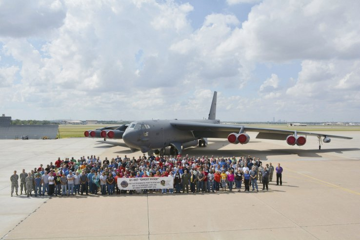 """Mỹ hồi sinh máy bay B-52 cũ thành """"ma tốc độ"""" - 1"""