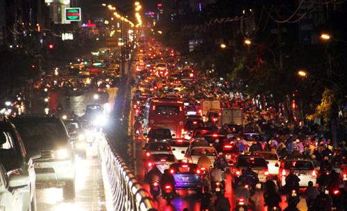 TP.HCM: Kẹt xe khủng khiếp, gần nửa đêm mới về tới nhà - 3