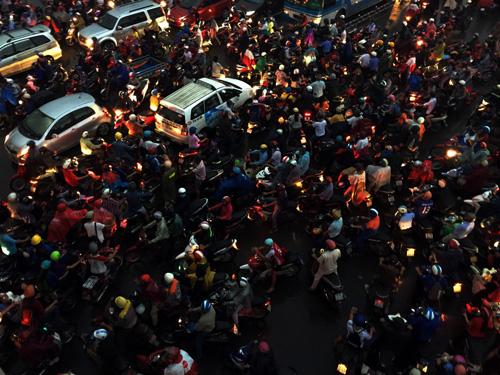 TP.HCM: Kẹt xe khủng khiếp, gần nửa đêm mới về tới nhà - 1