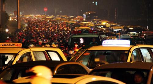 TP.HCM: Kẹt xe khủng khiếp, gần nửa đêm mới về tới nhà - 4