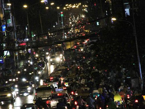 TP.HCM: Kẹt xe khủng khiếp, gần nửa đêm mới về tới nhà - 2