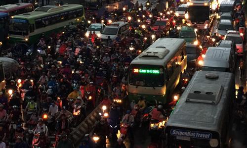 TP.HCM: Kẹt xe khủng khiếp, gần nửa đêm mới về tới nhà - 10