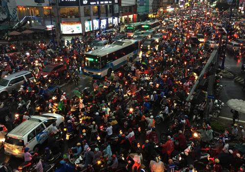 TP.HCM: Kẹt xe khủng khiếp, gần nửa đêm mới về tới nhà - 7