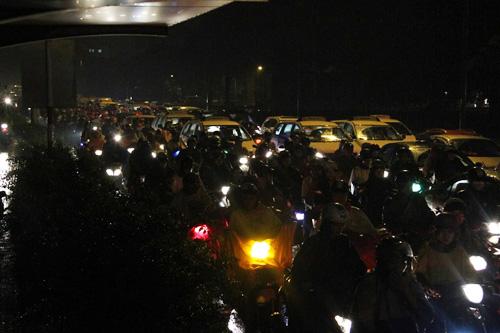 TP.HCM: Kẹt xe khủng khiếp, gần nửa đêm mới về tới nhà - 5
