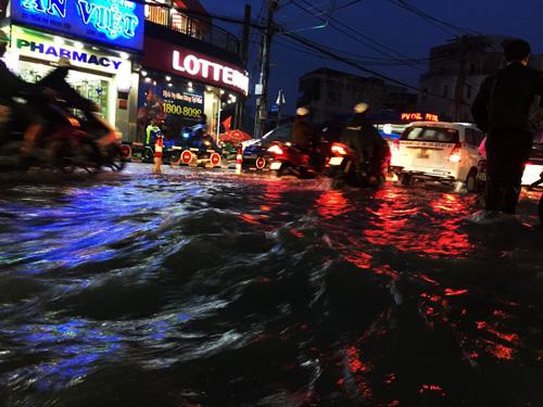 TP.HCM: Kẹt xe khủng khiếp, gần nửa đêm mới về tới nhà - 11