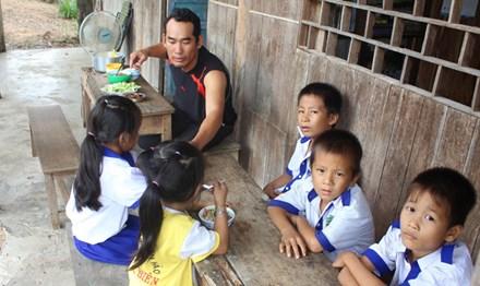 Thầy giáo bám rừng, nuôi học trò nghèo - 1