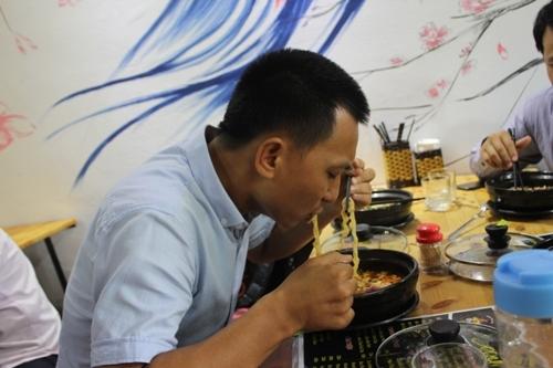 Gặp 'thánh ăn mỳ cay' cấp 12 gây xôn xao ở Nghệ An - 2
